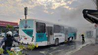 Ônibus pega fogo em Cuiabá causando susto e correria