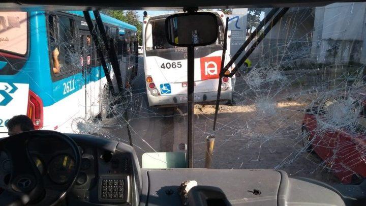 Após protesto oito ônibus acabam depredados em Maceió