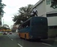 Homens surfam em cima de ônibus em Piracicaba