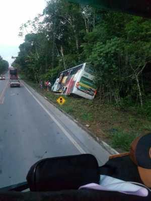 Ônibus da Eucatur acaba saindo da pista na BR-174