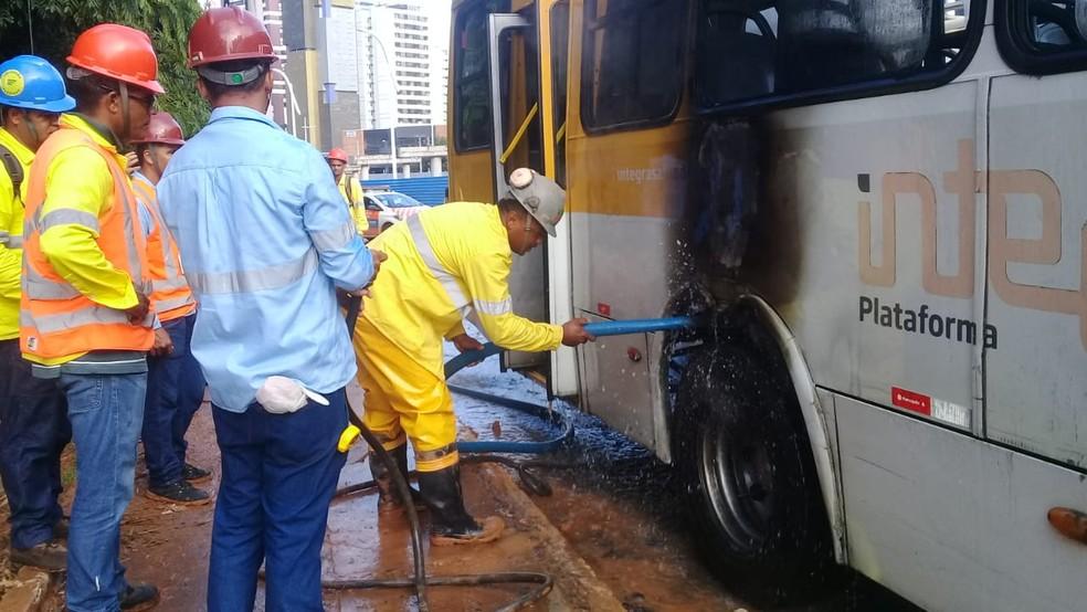 Ônibus pega fogo no bairro Itaigara em Salvador