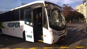 Bandidos usam ônibus para fechar rua durante ataque a banco em Limeira