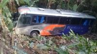 Ônibus da Fretcar cai em ribanceira na Serra de Pacoti no Ceará