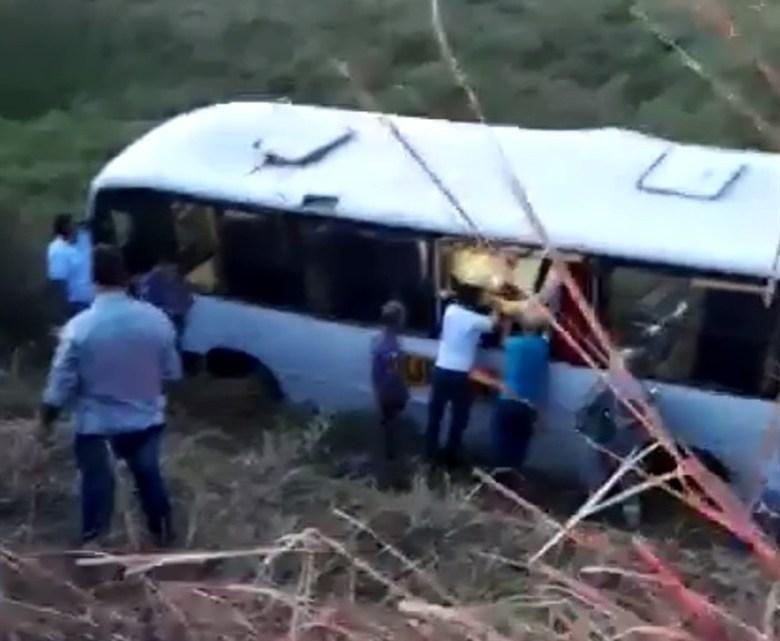 SP: ônibus com trabalhadores rurais cai em ribanceira deixando 22 feridos e um morto