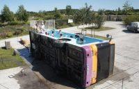 Ônibus antigo se transforma em piscina pública na França