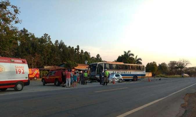 Acidente entre carro e ônibus da Viação Sertaneja deixa dois mortos em MG