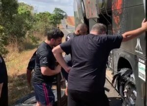 Ônibus da dupla Israel e Rodolfo para na rodovia após pneu estourar
