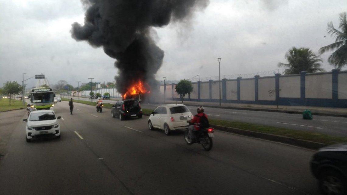 Ônibus da Paranupuan pega fogo na Estrada do Galeão no Rio de Janeiro