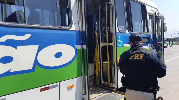 Fiscalização da PRF no Rio apreende ônibus na BR-040