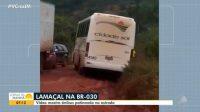 Ônibus escorrega na lama na BR-030 no Sul da Bahia