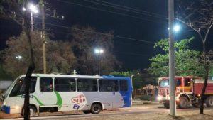 Micro-ônibus pega fogo em Palmas causando susto