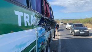 CE: Acidente com micro-ônibus e carreta deixa dois mortos na BR-116