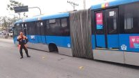 Roda de ônibus do BRT Rio se solta e atinge carro na Zona Oeste