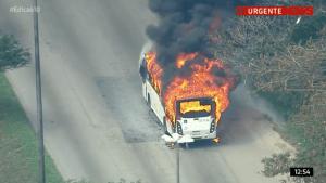 Protesto fecha Avenida Brasil e ônibus acaba incendiado no Rio