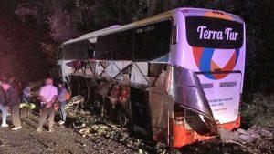 Acidente com ônibus de turismo deixa seis feridos na BR-277