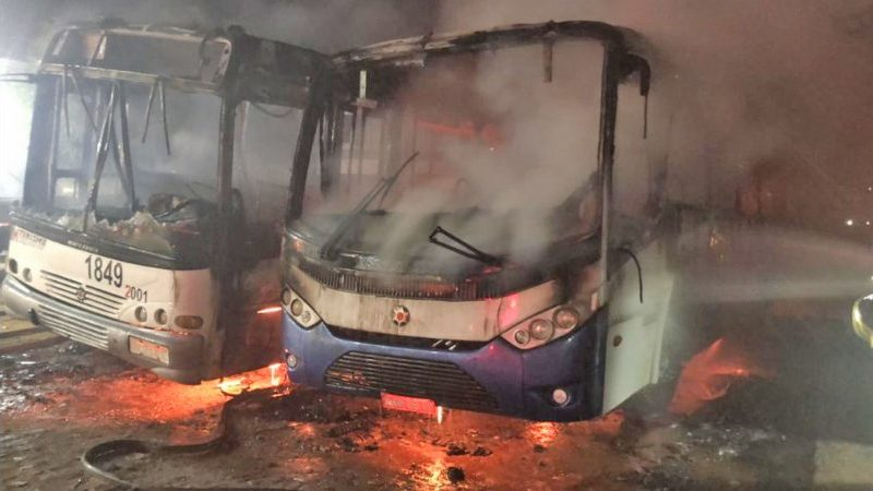 CE: Dois ônibus são incendiados por menor em Canindé