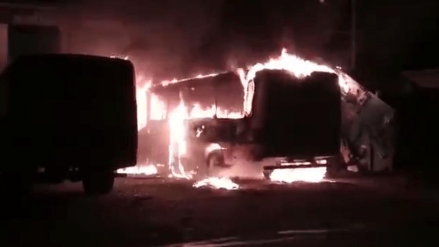 Bandidos incendiam ônibus escolar no Ceará