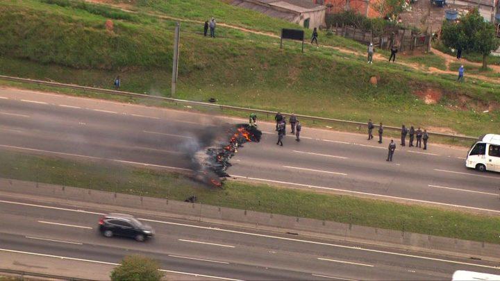 Rodovia Rodovia Ayrton Senna acaba bloqueada após manifestação em Guarulhos