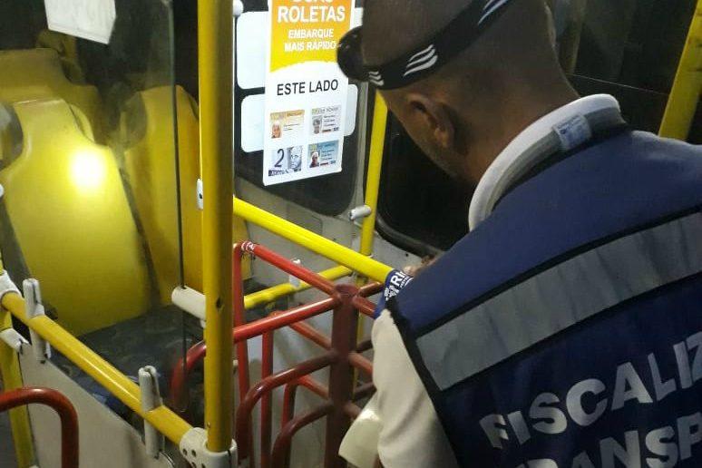 Fiscalização da Prefeitura do Rio lacra seis ônibus na Zona Oeste