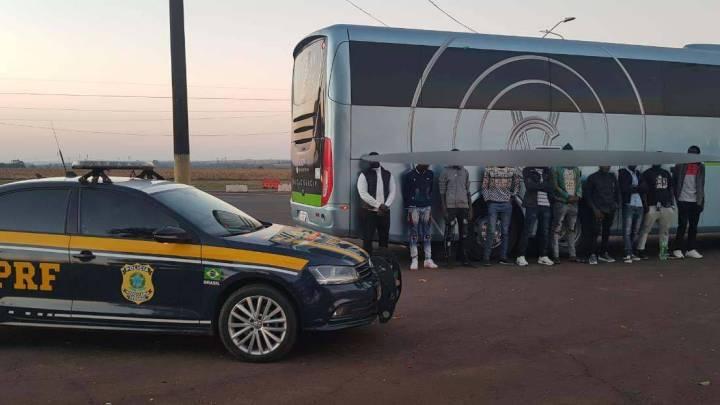 PRF intercepta ônibus com imigrantes em situação irregular no Paraná