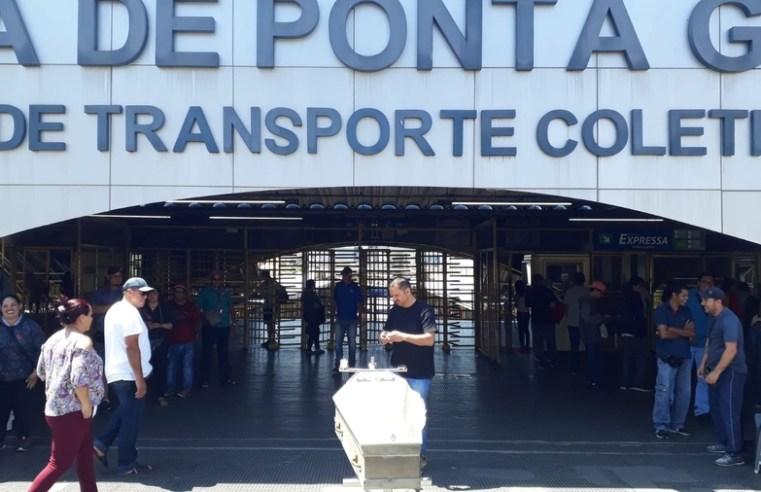 PR: Manifestação leva caixão para Terminal de Ponta Grossa