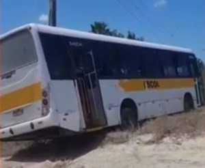CE: Ônibus escolar fica sem freio e bate em barranco em Caucaia