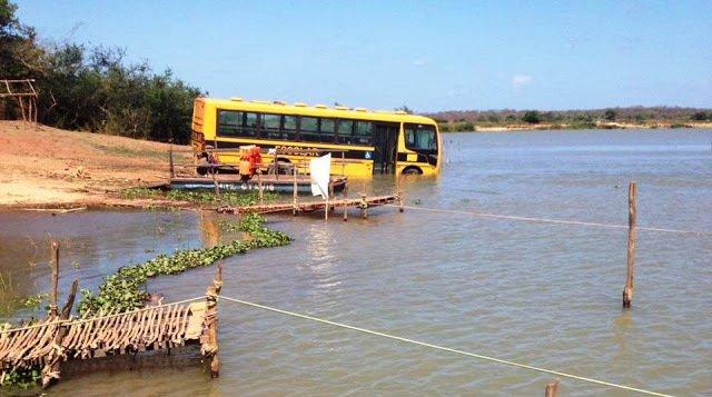 PI: Ônibus escolar acaba dentro de rio após manobra errada