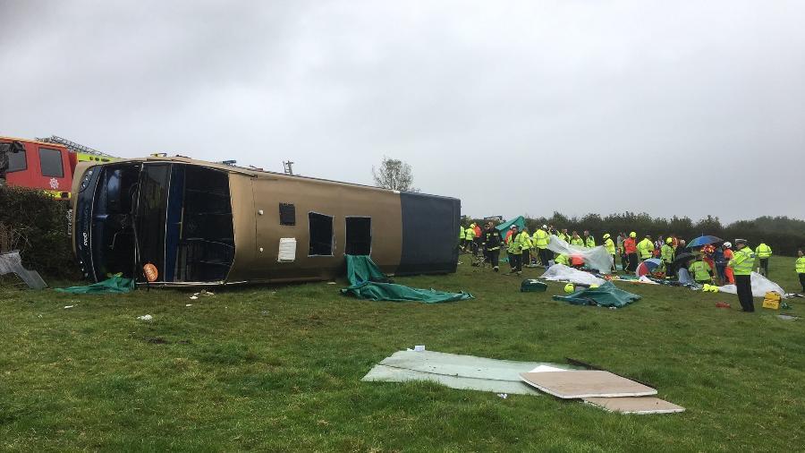 Ônibus DD tomba no sul da Inglaterra deixando 37 feridos