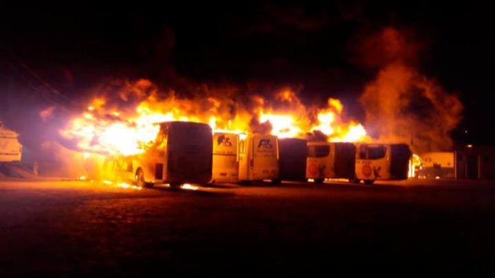 BA: Incêndio destrói 15 ônibus da Falcão Real em Jacobina