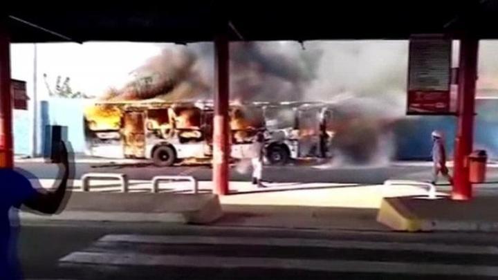 Ônibus pega fogo em terminal de São Luís