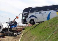 Ônibus acaba pendurado em barranco no interior de São Paulo