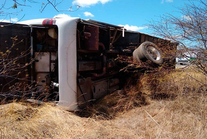 RN: Ônibus tomba na BR-427 em Caicó com seis a bordo