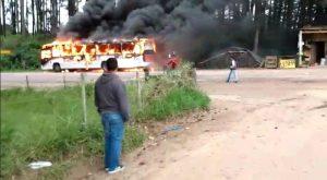 RS: Bandidos incendeiam ônibus em Guaíba