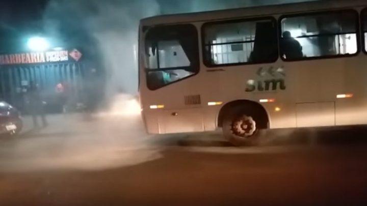 RO: Ônibus pega fogo em Porto Velho e assusta passageiros