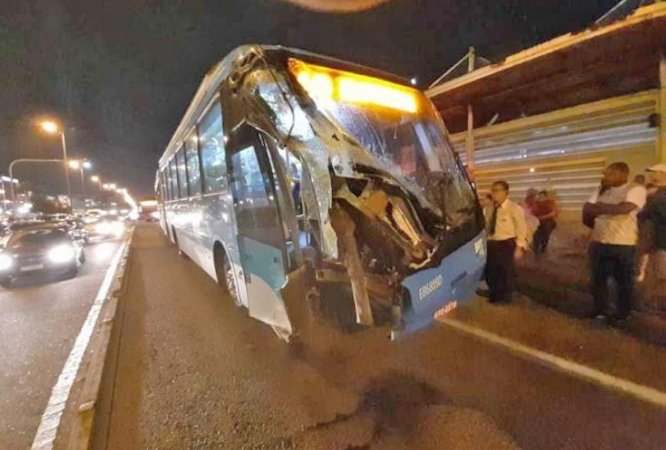 Rio: Ônibus do BRT Rio batem no Recreio dos Bandeirantes