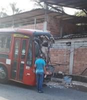 RJ: Acidente com ônibus em Niterói deixa três passageiros feridos