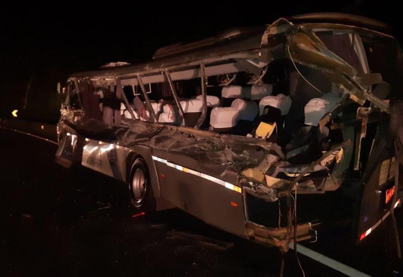Acidente entre caminhão e micro-ônibus deixa 2 mortos e 15 feridos na BR-277