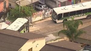 RJ: Ônibus da Flores voltam ser usados como barricadas por traficantes em Belford Roxo