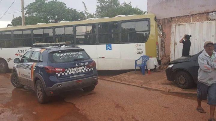 DF: Bandido atira em rosto de motorista com ônibus em movimento