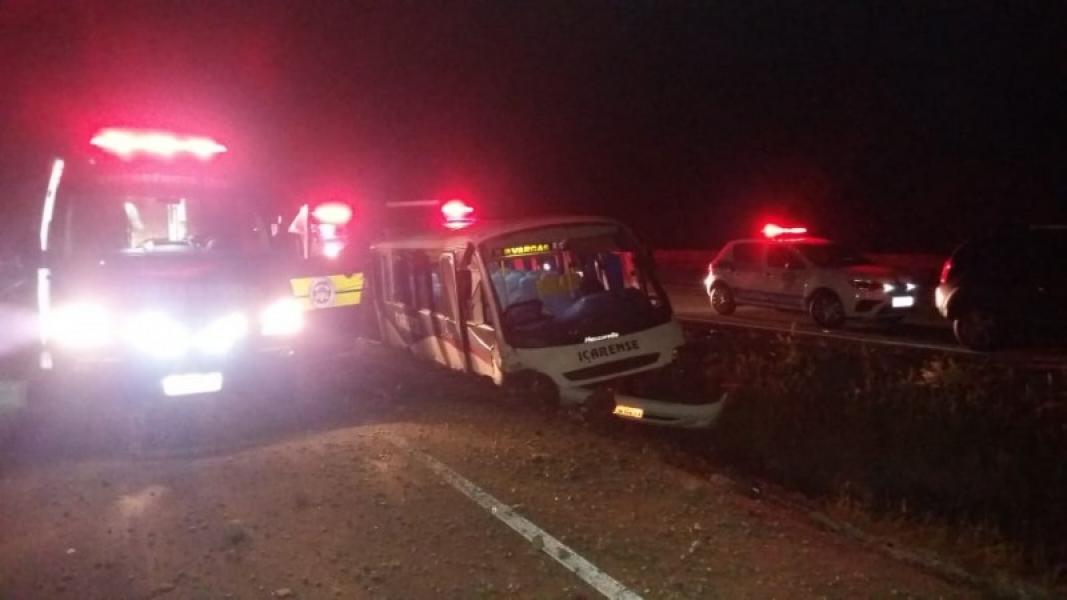 SC: Micro-ônibus sai da pista e deixa 7 feridos na BR-101