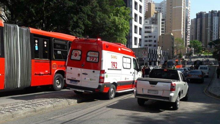 Idosa morre atropelada por ônibus biarticulado em Curitiba