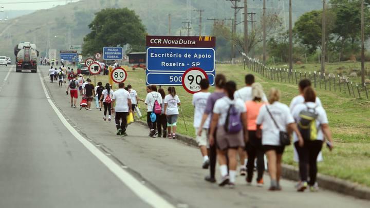 SP: Operações orientam romeiros que seguem para Aparecida a pé na Via Dutra