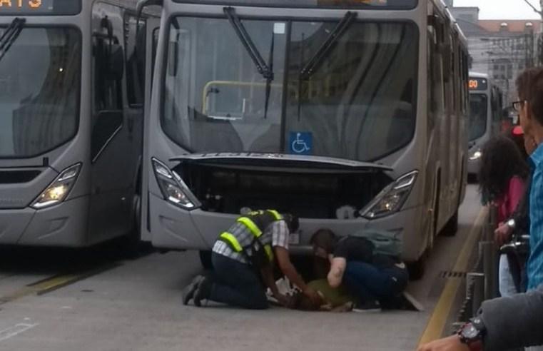 Mulher acaba atropelada por ônibus ligeirinho no Centro de Curitiba