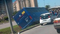 Acidente com ônibus executivo deixa motorista ferido no Rio