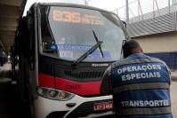 Prefeitura do Rio aplica 27 multas e lacra 12 ônibus durante ação na Zona Oeste