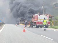 MG: Ônibus pega fogo na Rodovia Fernão Dias em Camanducaia