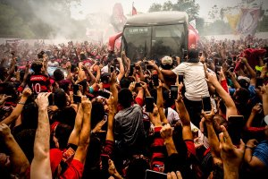 Rio: Chegada do ônibus do Flamengo no Galeão foi tumultuada