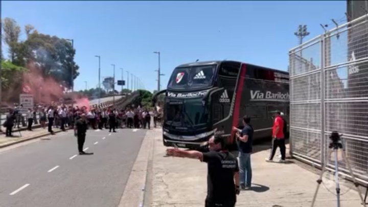 Argentina: ônibus do River segue com poucos torcedores diferente do Flamengo no Rio
