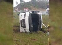 Micro-ônibus tomba na BR-020 em Brasília