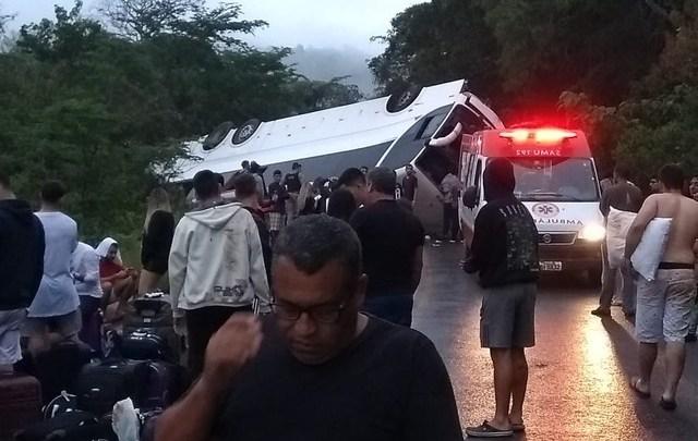 MG: Morre estudante que estava no ônibus que tombou na BR-259